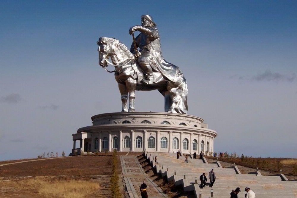 complexas estátuas Genghis Khan