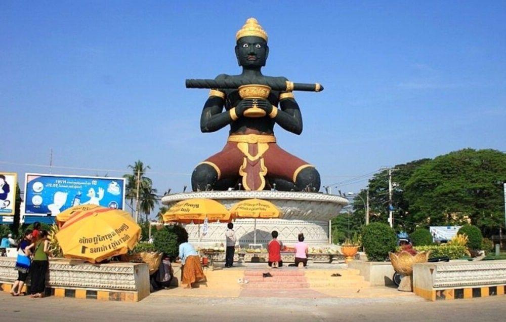 Vista da estátua de Battambang